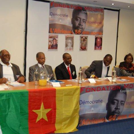 Le panel de la Conférence internationale sur le Prix Moumié, de gauche à droite :1) Prof.Anatole Malu, congolais (Brazza), président de l'Université populaire africaine de Genève; 2)Acheikh Ibn Oumar; 3)Patrice Mukong; 4) Célestin Edjangue, le modérateur, journaliste et écrivain, 5) Mme Goungaye Wanfiyo (RCA)