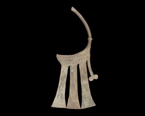 Extrémité de hampe cérémonielle en bronze. (source: Musée Branly)